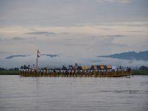 Ballade sur le lac Inle, premières vues d'une barge allant retrouver le cortège pour la procession du festival Phaung Daw Oo