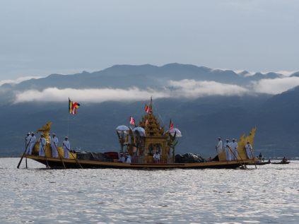 """La """"petite"""" barge emmenant les statues du Bouddha, lors du festival Phaung Daw Oo"""