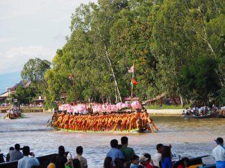 Les barques de la procession remontent le canal