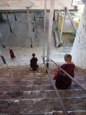 Des petits moines sur la colline de Mandalay