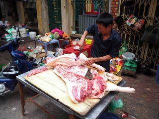 Ici la viande est découpée dans la rue