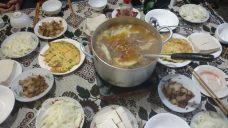 Repas servi à la guesthouse à Du Gia : viande de boeuf, légumes, tofu et nouilles instantannées, le tout plongé dans un bouillon commun