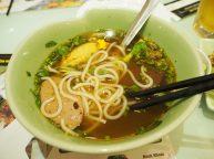 """Bouillon typique du sud (de mémoire) servi dans la chaine de restaurant """"Mon Hue"""" (connue au Vietnam) mais pour le coup vraiment pas très bon."""