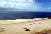 Vue sur la mer depuis le haut des falaises de sable