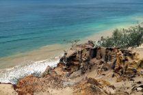 """Au sommet de la """"falaise"""" de sable qui se jette, bien plus bas, dans l'océan. Le sable est de toutes les couleurs..."""