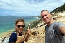"""Selfie depuis le haut de la dune, avec vu sur les falaises de """"rainbow beach"""""""