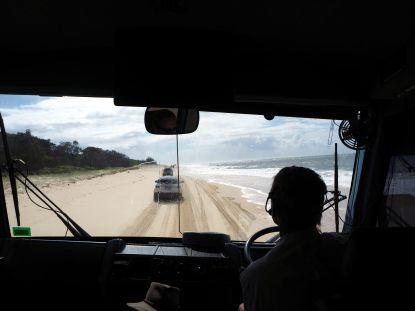Conduite sur la plage, vue depuis la cabine du bus