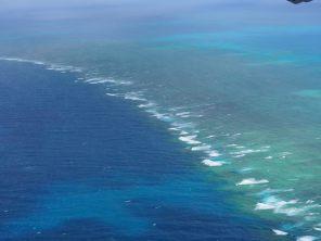 Les vagues qui effleurent la grande barrière de corail