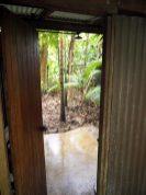 """Au camping écolo """"Platypus Bush Camp"""" : les douches, avec vue imprenable sur la forêt !"""