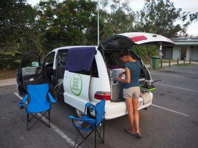 camping et préparation du diner sur une aire de repos