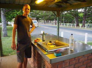 Barbecue dans un parc où nous campons. Au menu, croque monsieur et Halloumi cuits au BBQ électrique ! miam !