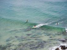 Surfer prenant une vague