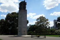 """Une colonne devant le """"Shrine of remembrance"""", un monument destiné aux soldats morts durant les guerres (principalement WWI)"""