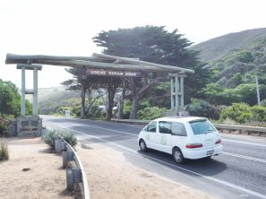 Passage de notre Jucy El Cheapo sous le Memorial Arch de la Great Ocean Road
