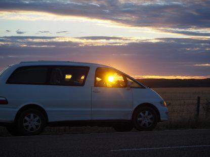 Sur la route au coucher du soleil