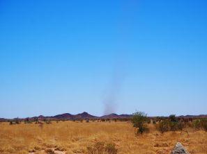 Une mini-tornade de sable sur la route