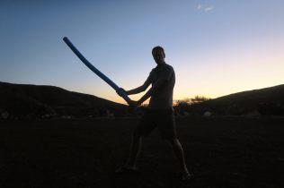 Julien chasse les mouches à coups de sabre laser