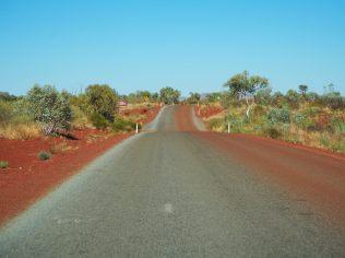 La poussière rouge des pistes, jusque sur la route à la sortie du parc