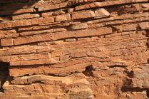 La roche compimée dans les gorges