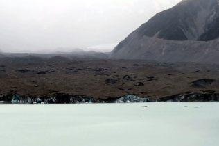 Le front du glacier, lui aussi recouvert de poussière de roche