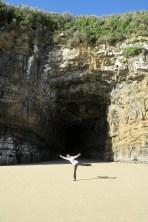 Elise devant la plus grande des grottes