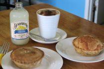 Dégustation de pies à Gin Gin avec une limonade locale (produite à Bundaberg)