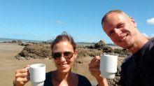 Café sur la plage, l'un des avantages du campervan