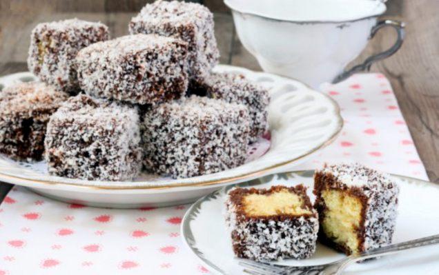 Le lamington : gâteau carré, trempé dans une sauce chocolat et recouvert de miettes de noix de coco