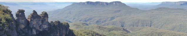 """Vue sur les blue mountains, avec les """"three sister"""" à l'avant plan à gauche"""