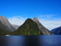 """Le """"Mitre Peak"""" et le fjord de Milford (à droite)"""