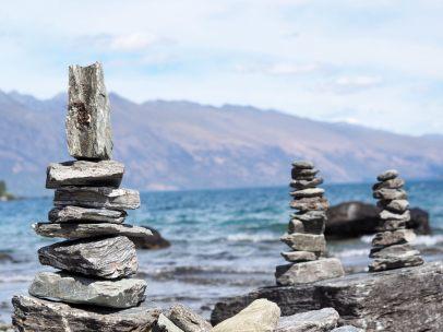 Collection de cairns sur une plage du lac Wakatipu
