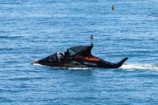 Tous les sports à sensation sont possibles à Queenstown... Ici, un mélange de jet-ski et de mini sous-marin qui peut brievement plonger dans l'eau