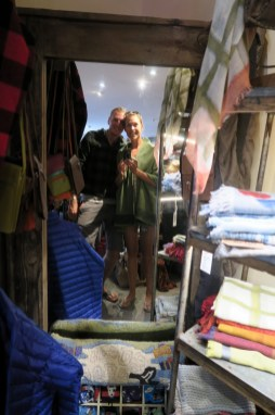 Petit essayage des vêtements du coin dans une boutique :D