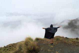 Elise parle aux nuages et implore la pluie de cesser ;)