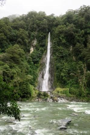 Une cascade sur la route vers la côte Ouest depuis Wanaka