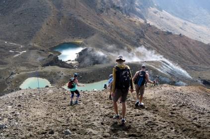 Une descente assez raide depuis le Red Crater vers les lacs Emer