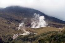 Encore des fumerolles sur le chemin de la redescente du Tongariro Alpine Crossing