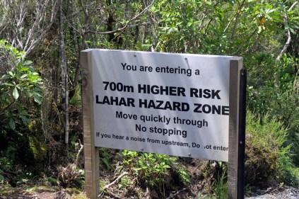 Un panneau un peu inquiétant à la fin du parcours du Tongariro Alpine Crossing... (signification : risque de coulée boueuse d'origine volcanique) Lahar : mot d'origine indonésienne