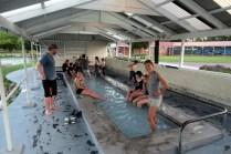 Elise tente le bain de pied au parc thermal de Kuirau à Rotorua