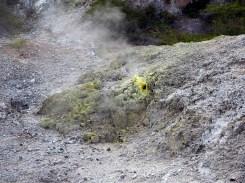 Fumerole et souffre au parc thermal de Wai-o-tapu