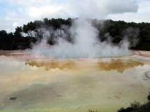 """Le lac appelé """"artist palet"""" (pour ses couleurs), parc thermal de Wai-o-tapu"""