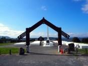 Dans le village Maori de Ohinemutu, un cimetierre (pour l'anecdote : le petit plot orange protège d'une émergence de vapeur liée à une source chaude. Les sources apparaissent régulièrement dans la zone !)
