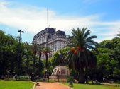 La place du général Agustín Pedro Justo, et la statue de Juan Domingo Peron (premier président de la nation argentine à être élu au suffrage universel)
