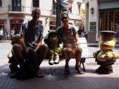 On pose avec Susanita, Mafalda et Manolito au Paseo de la Historieta, Buenos Aires