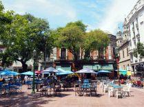 La Plaza Dorrego dans le quartier de San Telmo, à Buenos Aires. En semaine, la place compte de nombreux cafés. Le dimanche lors de la Feria de San Telmo, elle se remplie d'étals d'antiquités de la Feria de San Telmo