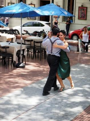 Démonstration de tango à la Plaza Dorrego dans le quartier de San Telmo, à Buenos Aires