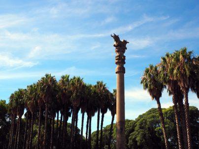 """La """"colonne du temple persan"""", réplique des colonnes du Palais de Persépolis, dans les jardins de Palermo, Buenos Aires"""