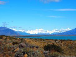 En direction du glacier Perito Moreno (vue sur le lago argentino et la chaine de montagne formant le parc national des glaciers)