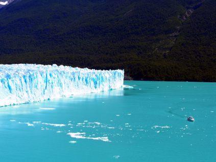 """La partie """"nord"""" du front du glacier. Le bateau donne une meilleure échelle de la taille du front, qui atteint 50 mètres de haut sur cette partie"""