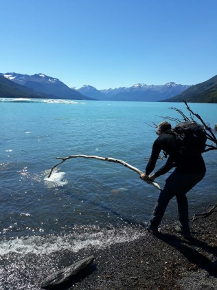 Julien part à la pêche aux icebergs sur le canal de Los Tempanos (vous remarquerez son pied gauche dans l'eau...)